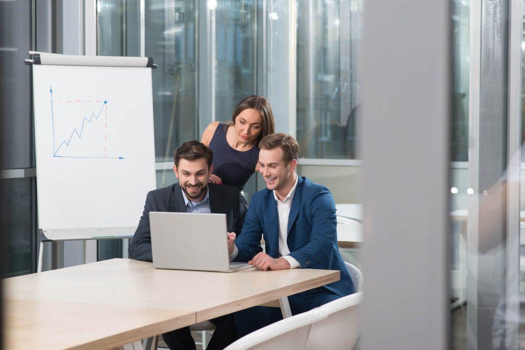 profissionais em reunião para reduzir custos em ti