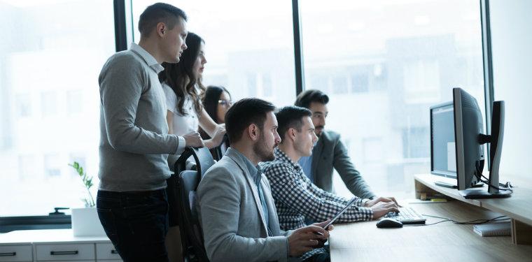 equipe durante um treinamento e desenvolvimento remoto na tela do computador