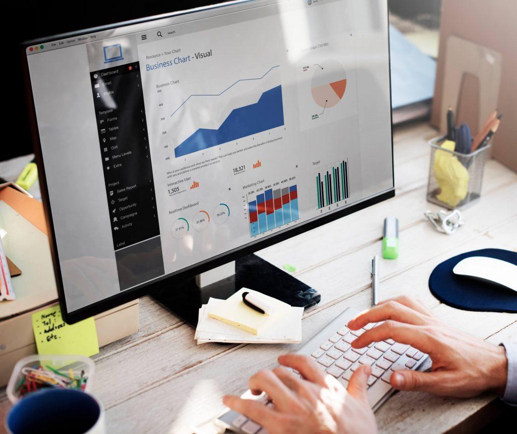 monitor com um painel de indicadores de ti