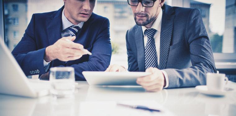 Profissionais pensando como identificar as necessidades do mercado para a ti