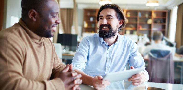 dois profissionais durante uma consultoria de outsourcing de ti