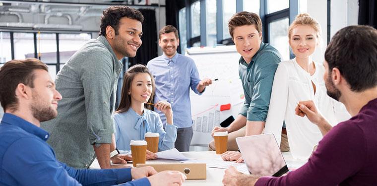 pessoas sorrindo durante uma conversa em um ambiente inovador empresarial.