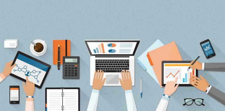 Profissional em sua mesa de trabalho analisando a maturidade de processos organizacionais
