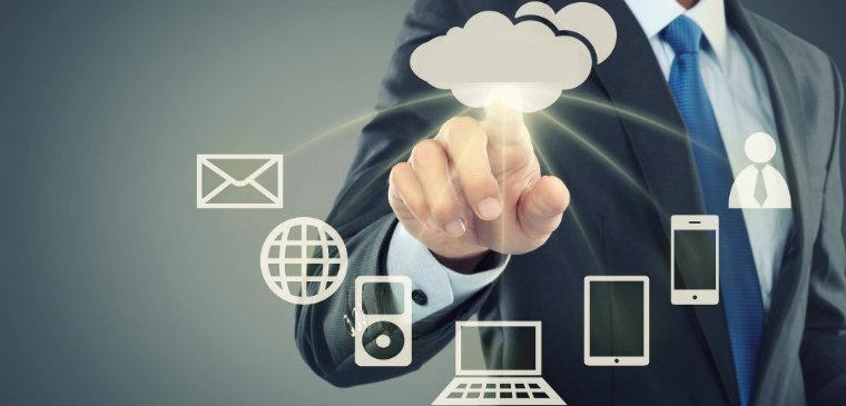 Mão clicando uma nuvem que está enviando informações para diversos dispositivos