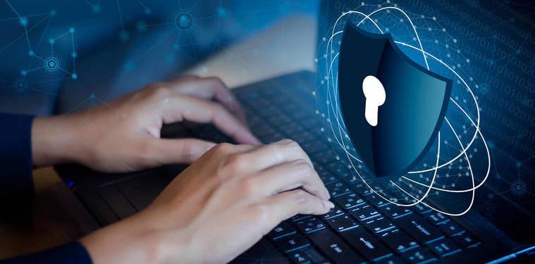 Pessoa usando seu notebook enquanto um cadeado de segurança flutua por fora da tela. Representação da proteção estabelecida pela Circular nº 3909