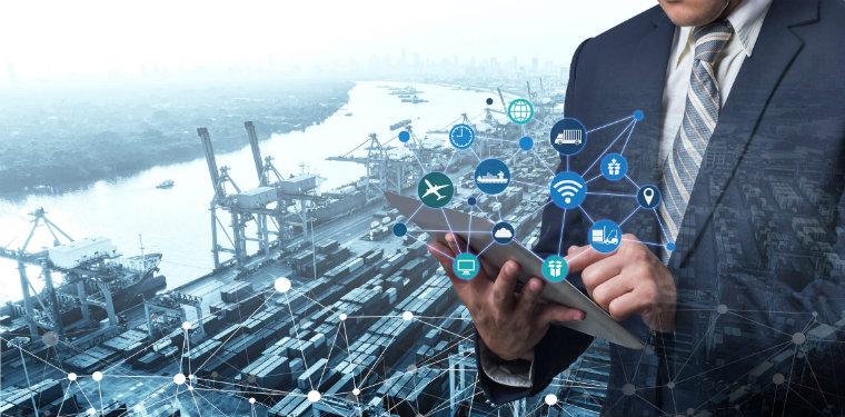 homem usando um tablet em frente a uma janela com a vista de um porto, icones de conectividade saem do seu tablet representando a internet das coisas