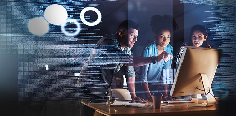 3 pessoas trabalhando num ambiente de TI, ilustrando a TIC e segurança de dados trabalhando em conjunto